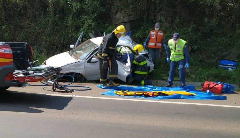 Carro sai de pista, colide em placa de sinalização e deixa passageira ferida na BR-158