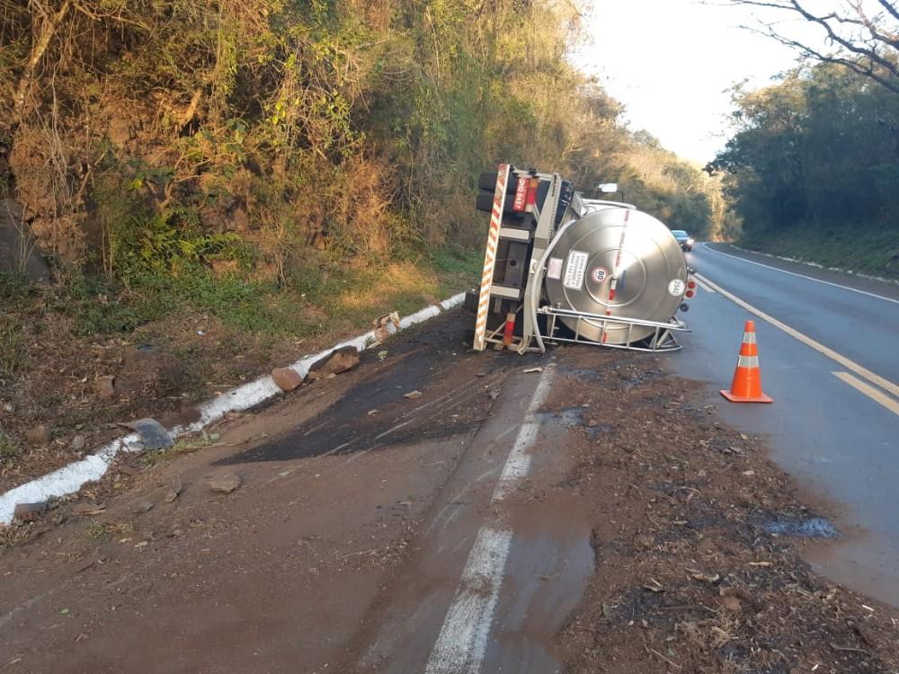 Caminhão leiteiro tomba na BR-282 em Descanso