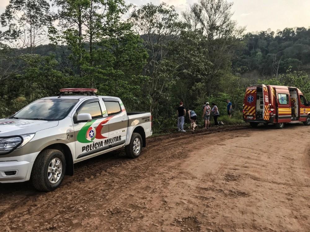 Fusca cai em riacho e deixa dois feridos no interior de Bandeirante