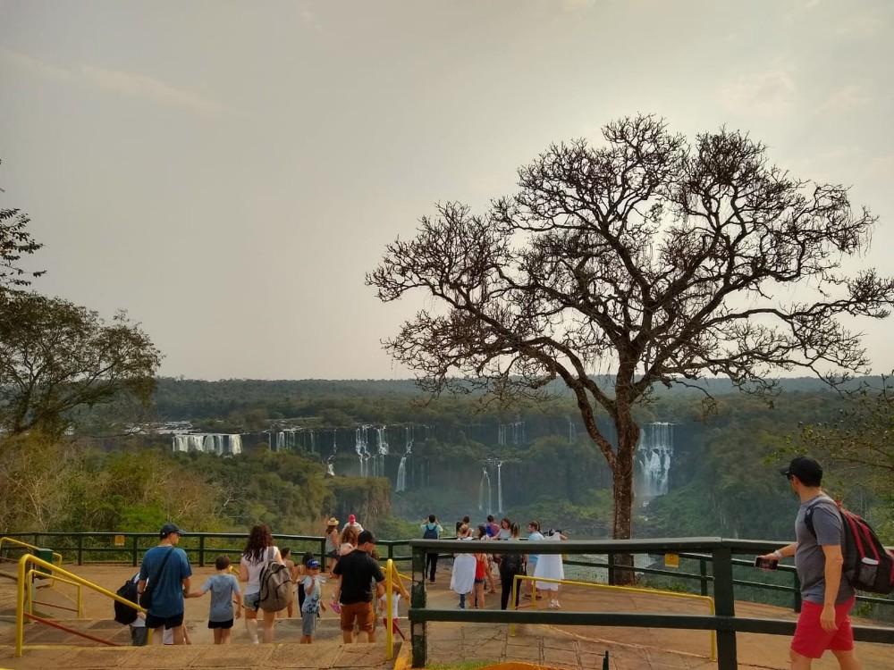 Tempo seco reduz vazão das Cataratas do Iguaçu pela metade no oeste do Paraná
