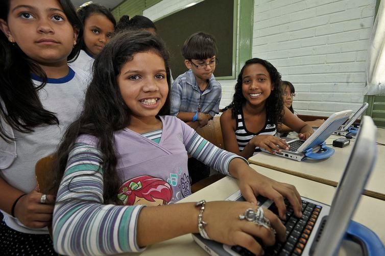 Brasil tem 24,3 milhões de crianças e adolescentes que usam internet