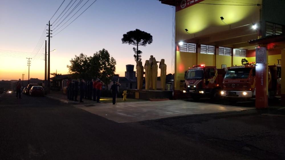 Bombeiros de São Miguel do Oeste homenageiam colegas tombados em serviço na BR-282