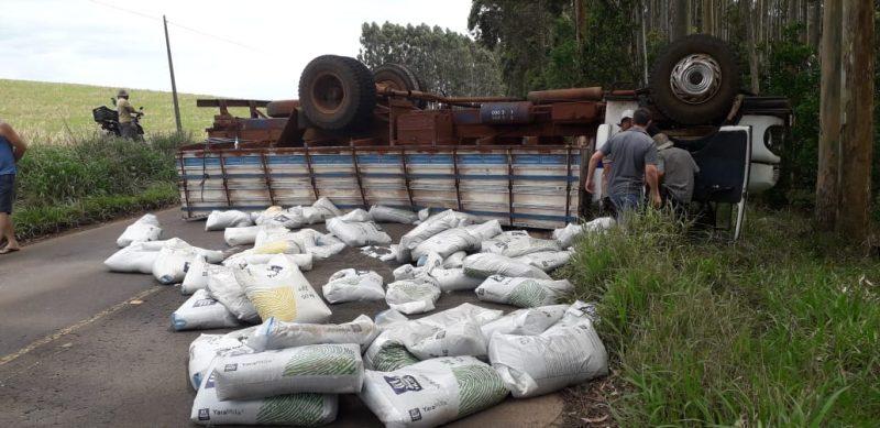 Caminhão tomba e bloqueia trânsito na SC-161 em Palma Sola