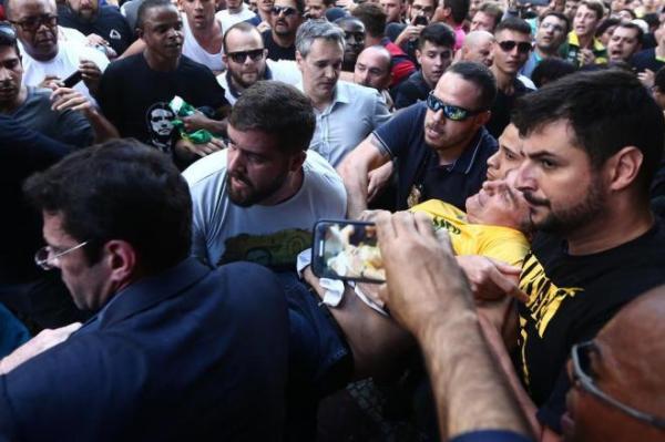 Bolsonaro leva facada durante ato de campanha em Minas Gerais