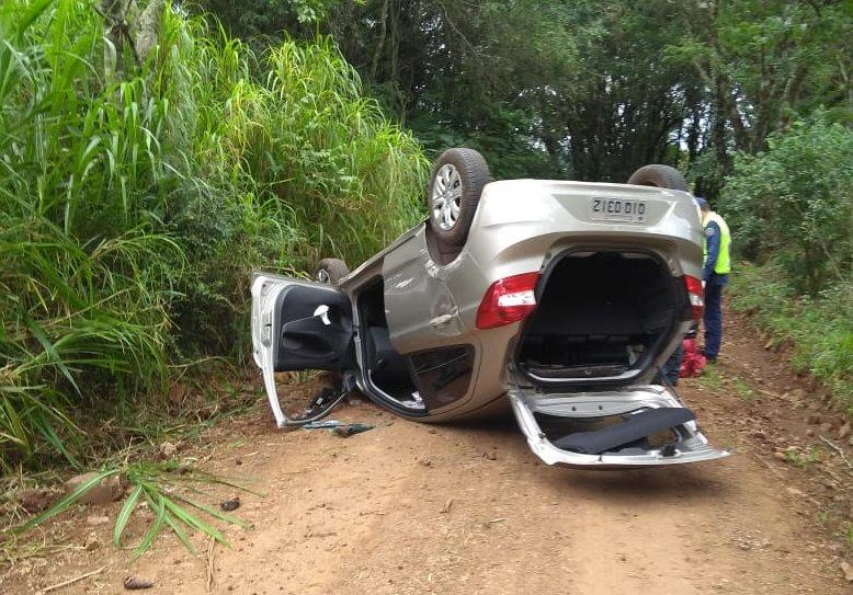 Veículo sai de pista no interior de Guarujá do Sul