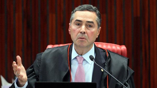 Barroso proíbe PT de apresentar Lula como candidato