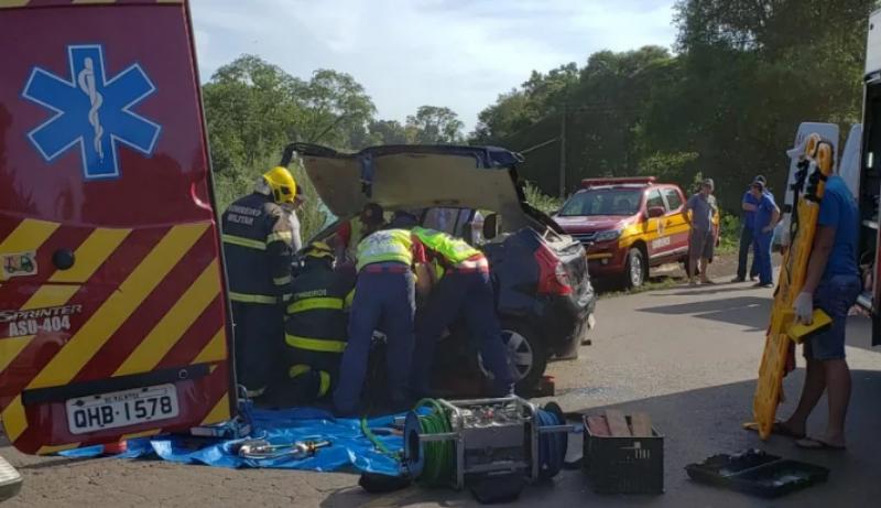 Quatro feridos em colisão entre carro e caminhão na SC-283 em Caibi