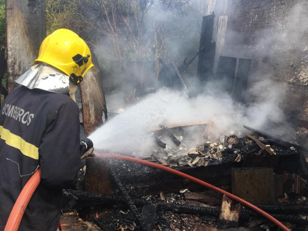 Depósito de bar é destruído por incêndio em Barra Bonita
