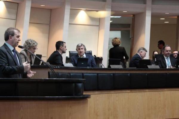 Alesc acaba com auxílio-saúde para deputados estaduais