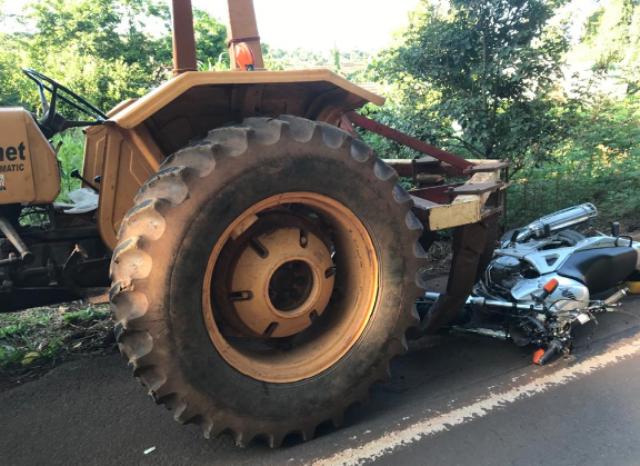 Motociclista gravemente ferido em acidente com trator na SC-163 em Iporã do Oeste