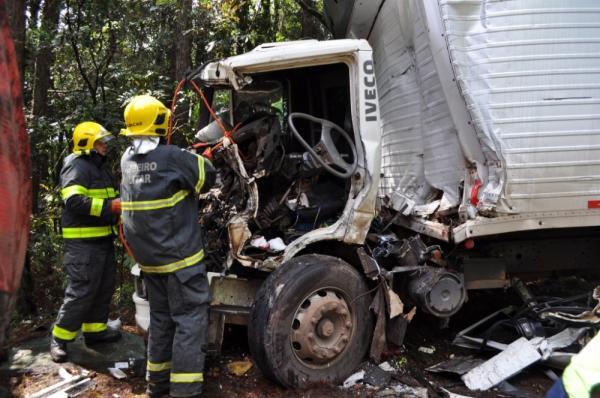 Motorista ferido em colisão entre caminhões na BR-282 em Maravilha