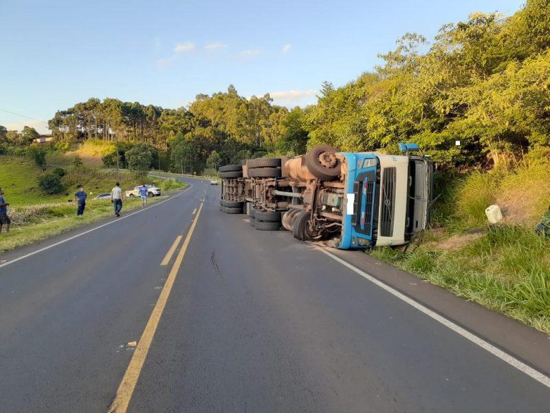 Caminhão tomba às margens da SC-157 em Quilombo