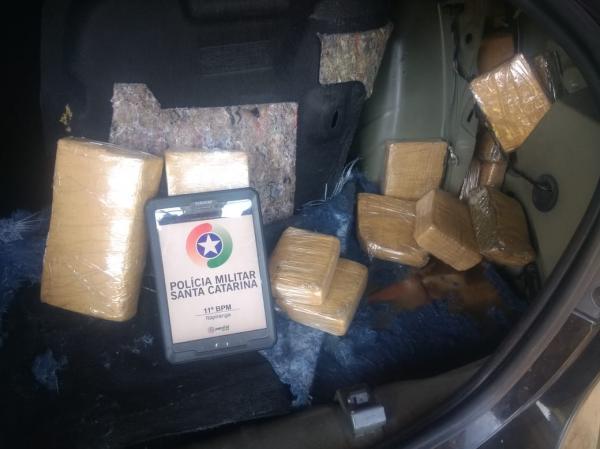 Carro argentino é apreendido com carregamento de maconha em Itapiranga