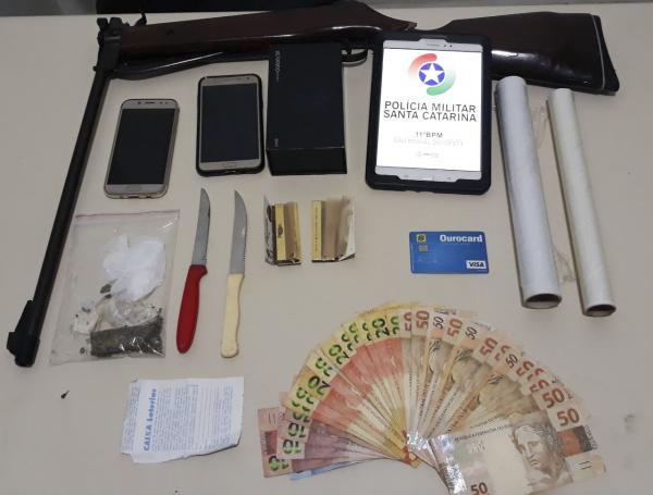 Dois são presos por tráfico de drogas no Bairro Agostini