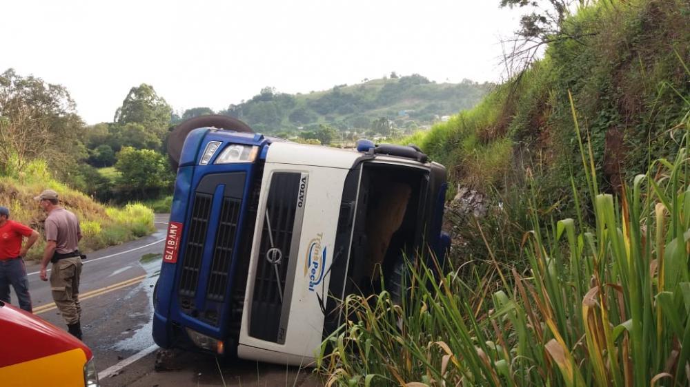 Motorista gravemente ferido em tombamento de carreta em Romelândia