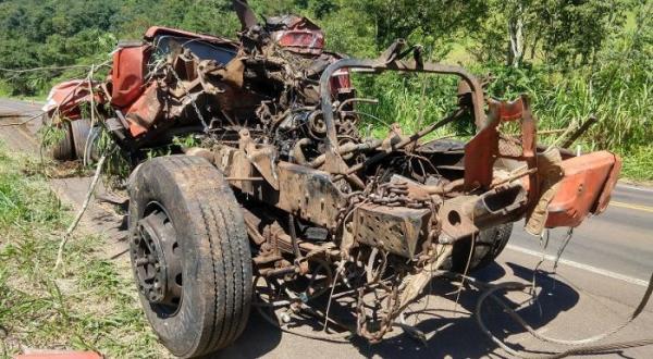 Descanso - Caminhão acidentado na BR-282 é retirado de ribanceira