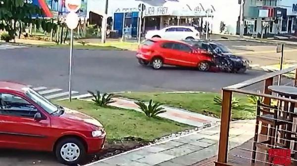 São Miguel do Oeste - Videomonitoramento flagra violenta colisão no Centro