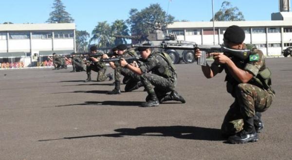 São Miguel do Oeste - 14º RC/Mec comemora Dia do Exército com entrega de honrarias e demonstração de tropas